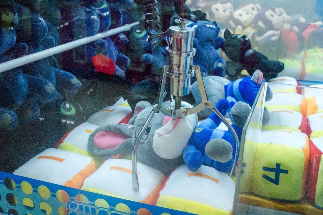 我们亲测了昆明100多台娃娃机,发现最好抓的娃娃竟然在他家..