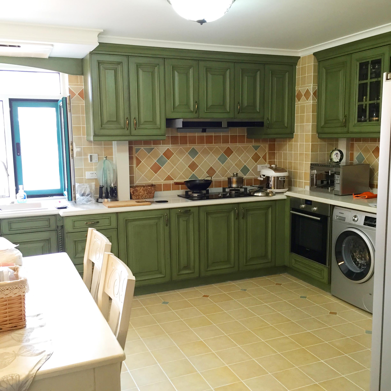 将餐厅搬进了厨房,提高空间利用率,嵌入式的洗衣机,同时具备了洗衣房图片