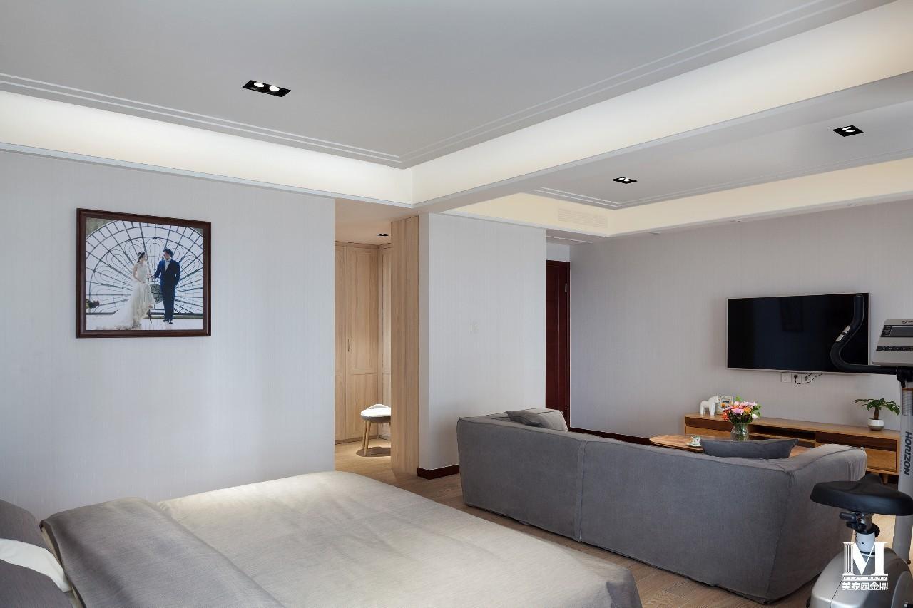 金色质感的床头灯,香槟色硬包床头背景墙,延续了港式轻奢的风格;主卧图片