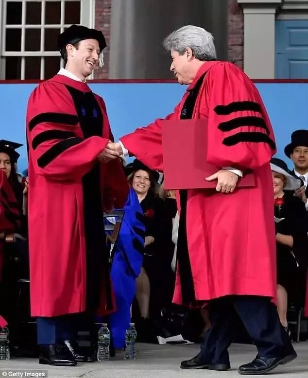 """超燃!脸书CEO扎克伯格重返哈佛""""补拿""""学位,还做了精彩的毕业"""