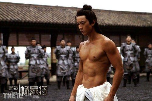 吴尊参加古装戏展示肌肉线条美,这肌肉一看就是练过健身.