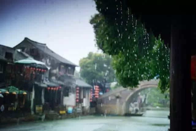 """长廊中""""倚楼听风雨,淡看江湖路 在静悄悄的晨昏时刻,漫步在廊棚"""