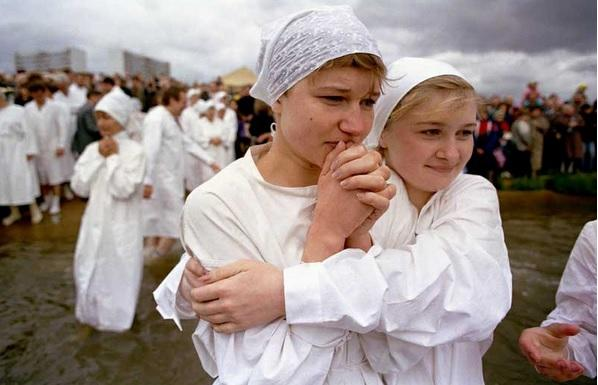 """1993年,姑娘们等待着俄罗斯""""施洗者圣约翰""""教堂的牧师给她们行洗礼.图片"""