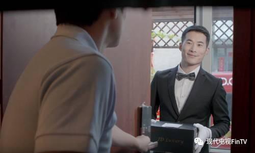京东推出高端版配送服务快递员穿黑西装戴白手套