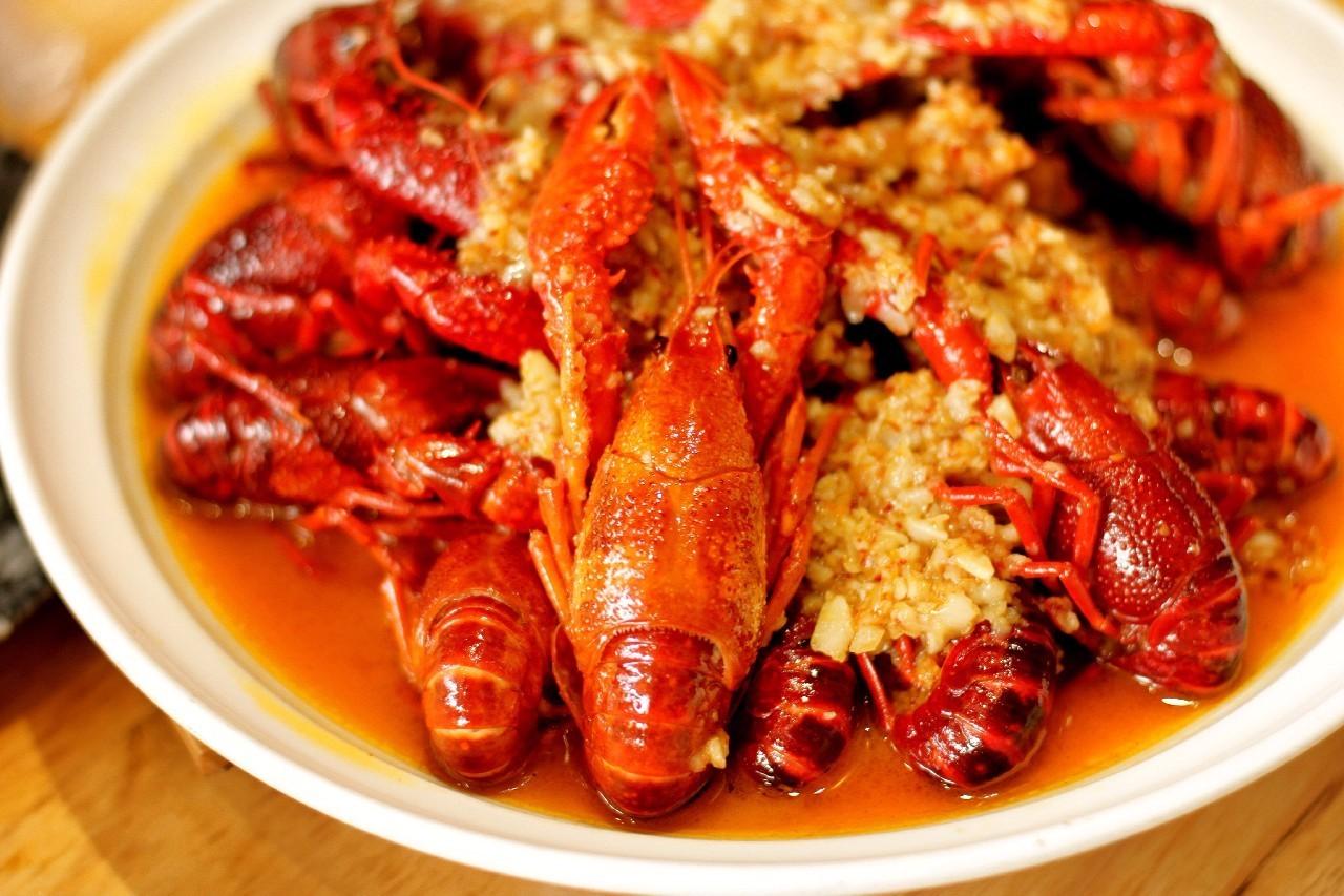 一家火了4年的网红小龙虾店 从南京火爆到杭州,招牌蒜香口味,一斤龙虾半斤蒜,汤汁还能拌面吃 搜狐美食 搜狐网