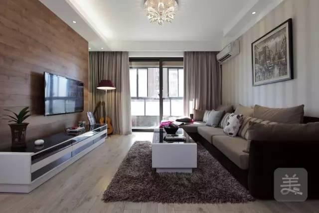 客厅的电视背景墙采用了木饰面板的装饰,和浅木色的地板,形成对比.