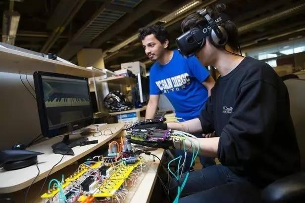 用柔性人造肌肉数据手套可以在VR中弹钢琴