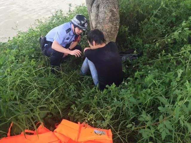 男子跳江自杀发现江中有一条蛇吓得游回岸边(图)