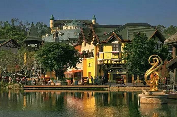 茵特拉根小镇撷取欧洲瑞士阿尔卑斯山麓茵特拉根的建筑,赛马特的花卉图片
