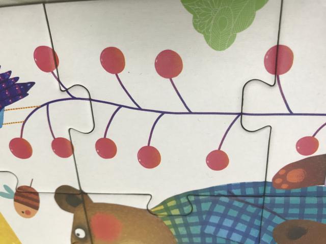 先把三片四片的小动物拼起来,再放到整幅拼图中,宝宝顺便可以学习