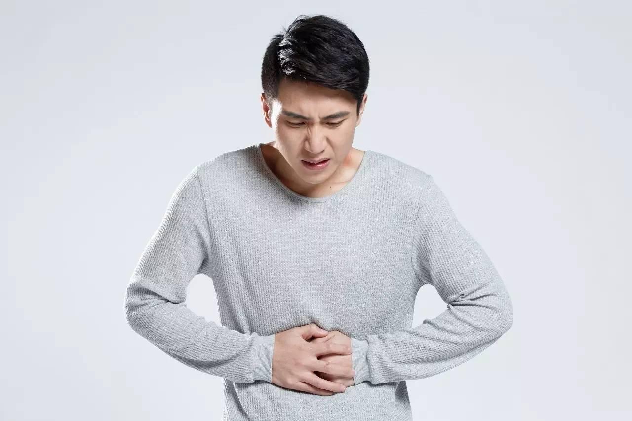 除幼年性息肉多见于12岁以下儿童,尤其是5岁以下小儿外,其余结肠息肉多见于40岁以上成人,男性稍多。大部分病例并无引人注意的症状。仅在体格检查或尸体解剖时偶然发现,部分病例可以具有以下一个或几个症状。 便血:便血以左侧结肠内的息肉较多见,尤以绒毛状腺瘤及幼年性息肉比较多见,常常呈鲜红色,有时甚至可引起贫血。儿童期无痛性血便,以结肠息肉引起者最多见。 粪便改变:大肠息肉可以造成较多粘液排出,有时息肉为多发性或体积较大者,亦可引起腹泻或造成排便困难。有些较大的绒毛状腺瘤可以有大量的粘液分泌排出,每天排出的粘