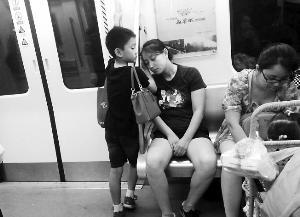 """成都地铁""""小暖男"""":用手为妈妈垫着睡觉 - yz - lyznc"""