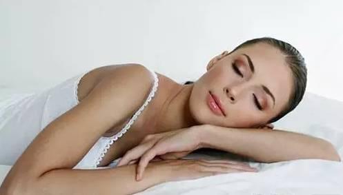 可以穿文胸睡觉吗:睡觉应该穿内衣吗