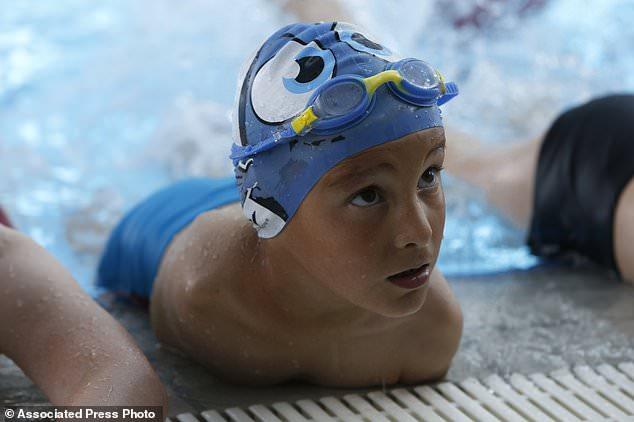 扼住命运的咽喉:6岁无臂儿童勇夺游泳比赛冠军(组图)图片