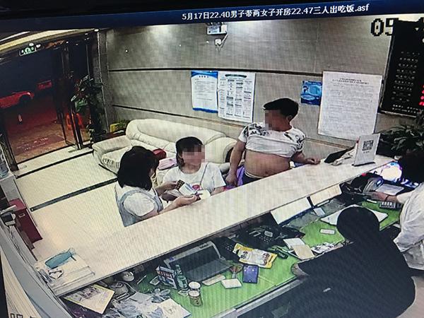 嫖客嫌亏顺走卖淫姐妹花金项链为追回财物报警称被强奸2