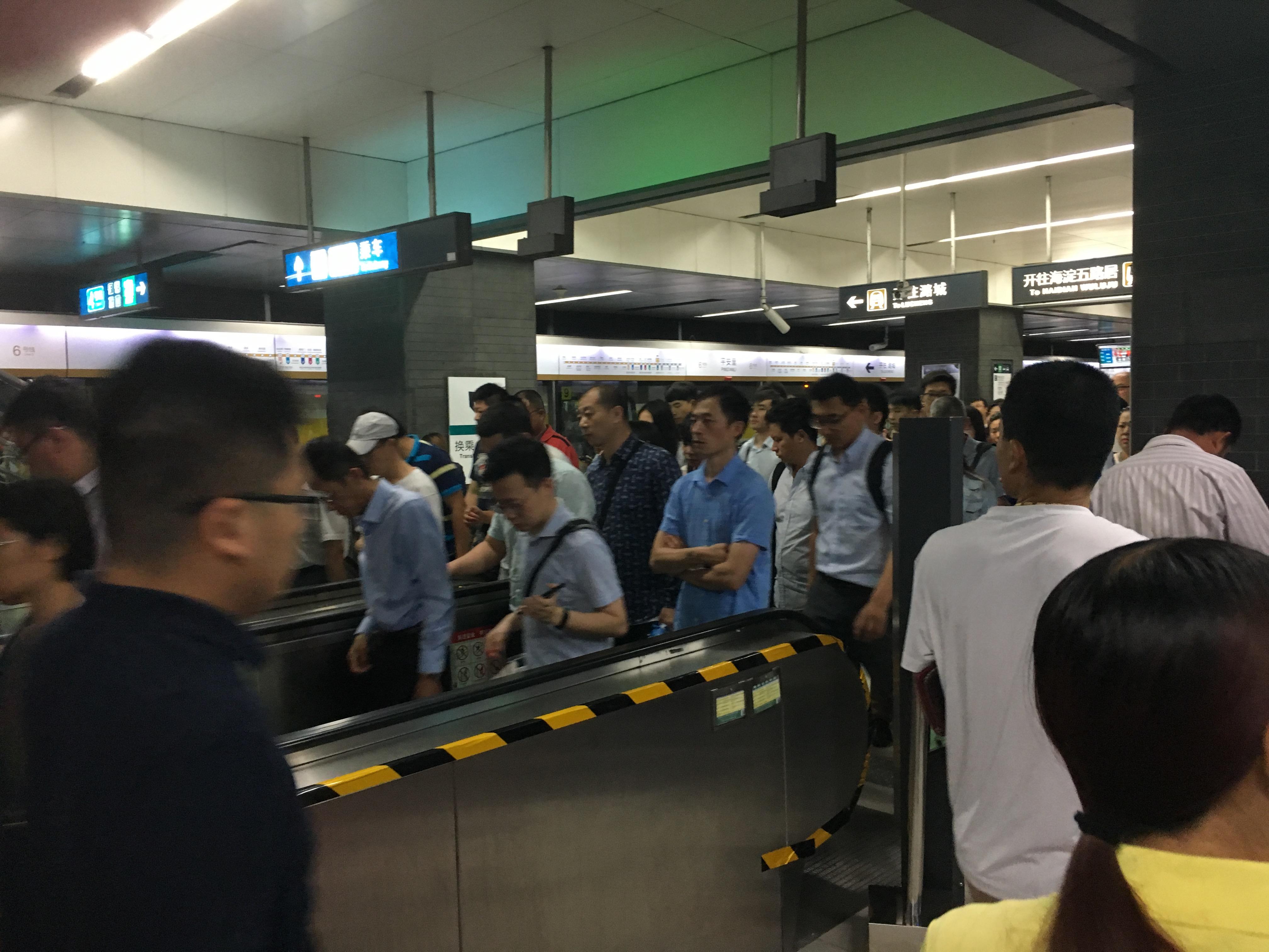 亲历京城地铁早高峰,要多挤有多挤(图)