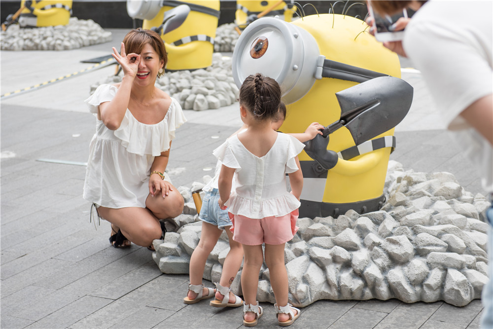 黄人破土而出,表情呆萌的小黄人们引来众多路人围观拍照,还有不少