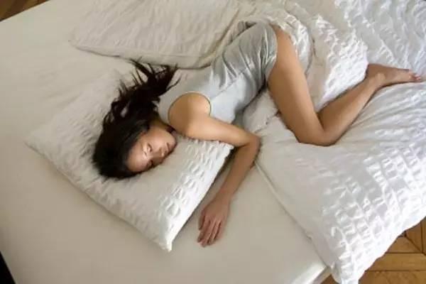 两腿之间那点事-人晚上睡觉喜欢双腿间夹点东西图片