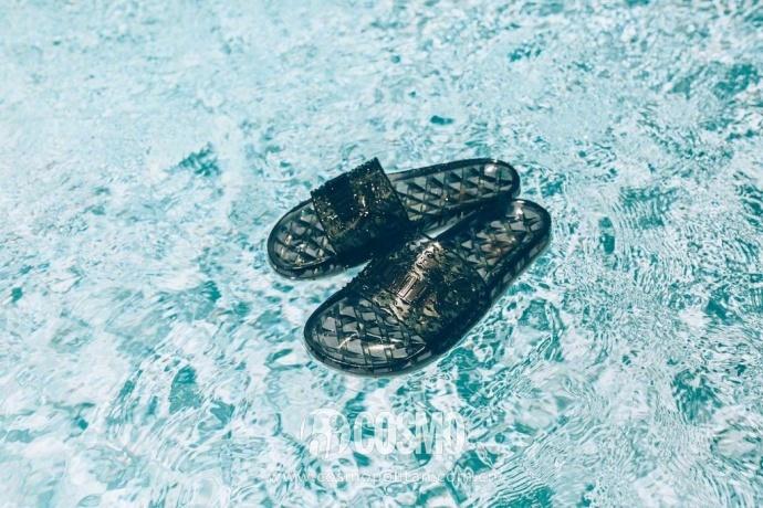 小时候备受嫌弃的塑料拖鞋,竟然真的在时尚圈翻身了! 服饰潮流 图5