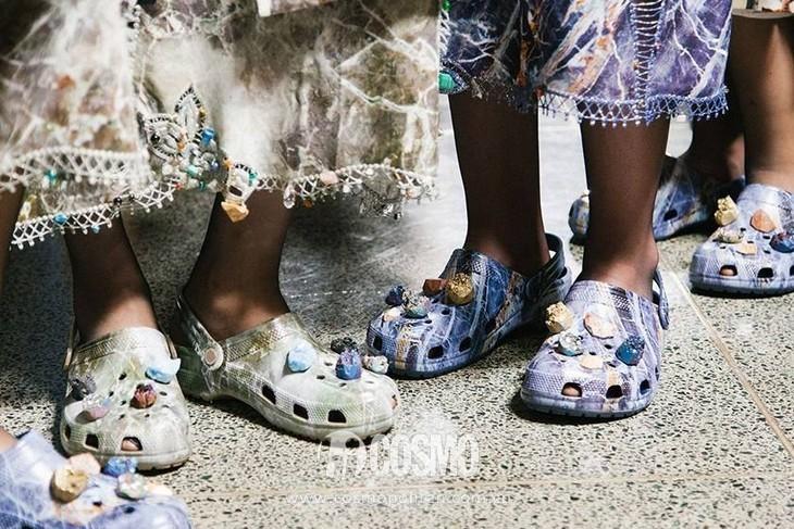 小时候备受嫌弃的塑料拖鞋,竟然真的在时尚圈翻身了! 服饰潮流 图16
