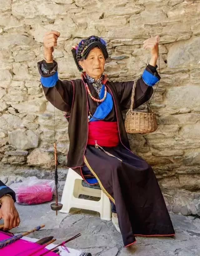 在这个千年不变的古老藏寨村落里,每户人家的门捐上都镶嵌着一块1~