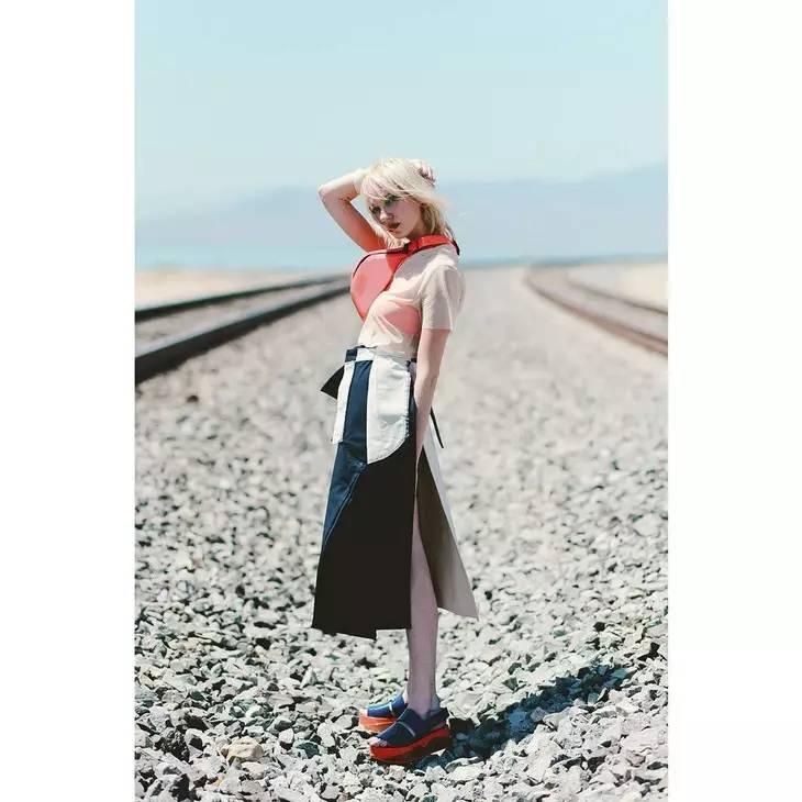 小时候备受嫌弃的塑料拖鞋,竟然真的在时尚圈翻身了! 服饰潮流 图31
