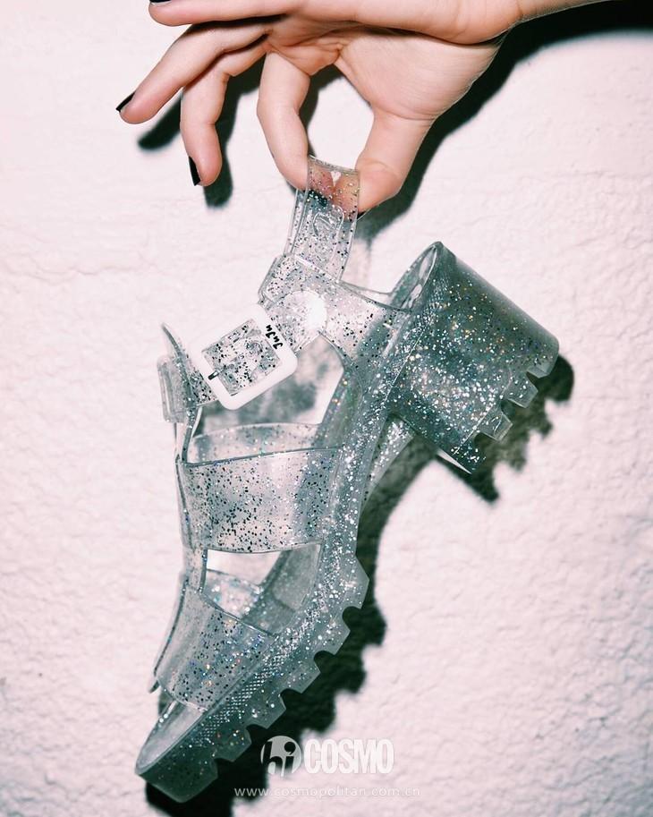 小时候备受嫌弃的塑料拖鞋,竟然真的在时尚圈翻身了! 服饰潮流 图26