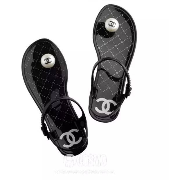 小时候备受嫌弃的塑料拖鞋,竟然真的在时尚圈翻身了! 服饰潮流 图44