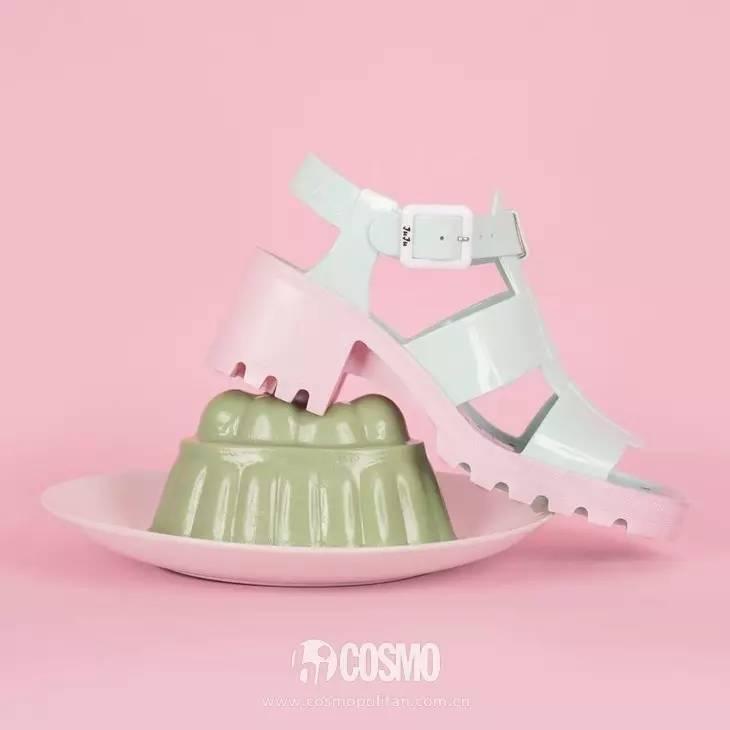 小时候备受嫌弃的塑料拖鞋,竟然真的在时尚圈翻身了! 服饰潮流 图17