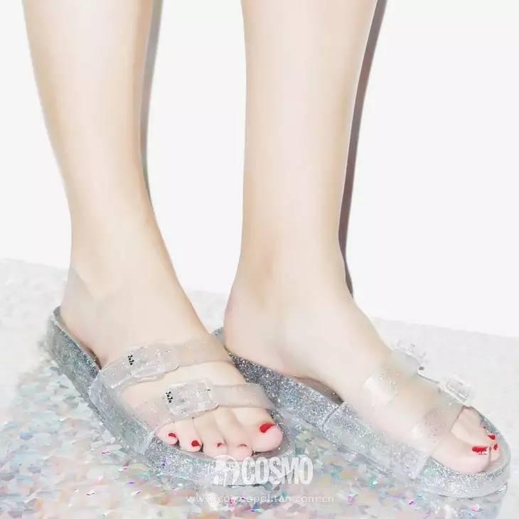 小时候备受嫌弃的塑料拖鞋,竟然真的在时尚圈翻身了! 服饰潮流 图34