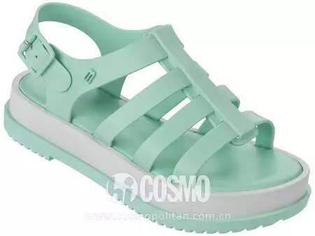 小时候备受嫌弃的塑料拖鞋,竟然真的在时尚圈翻身了! 服饰潮流 图27