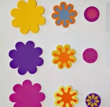 3.待花朵都绘制完毕后,就可以依次粘贴在卡纸上了-幼儿园海棉纸手工