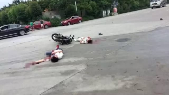 佛山顺德突发恐怖车祸!两人被撞倒在地,满地鲜血!