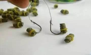 颗粒饵料的正确挂钩方法