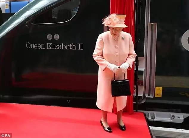 其他同龄人十病九痛,连她老公菲利普亲王也宣布退出公务,她还稳稳在