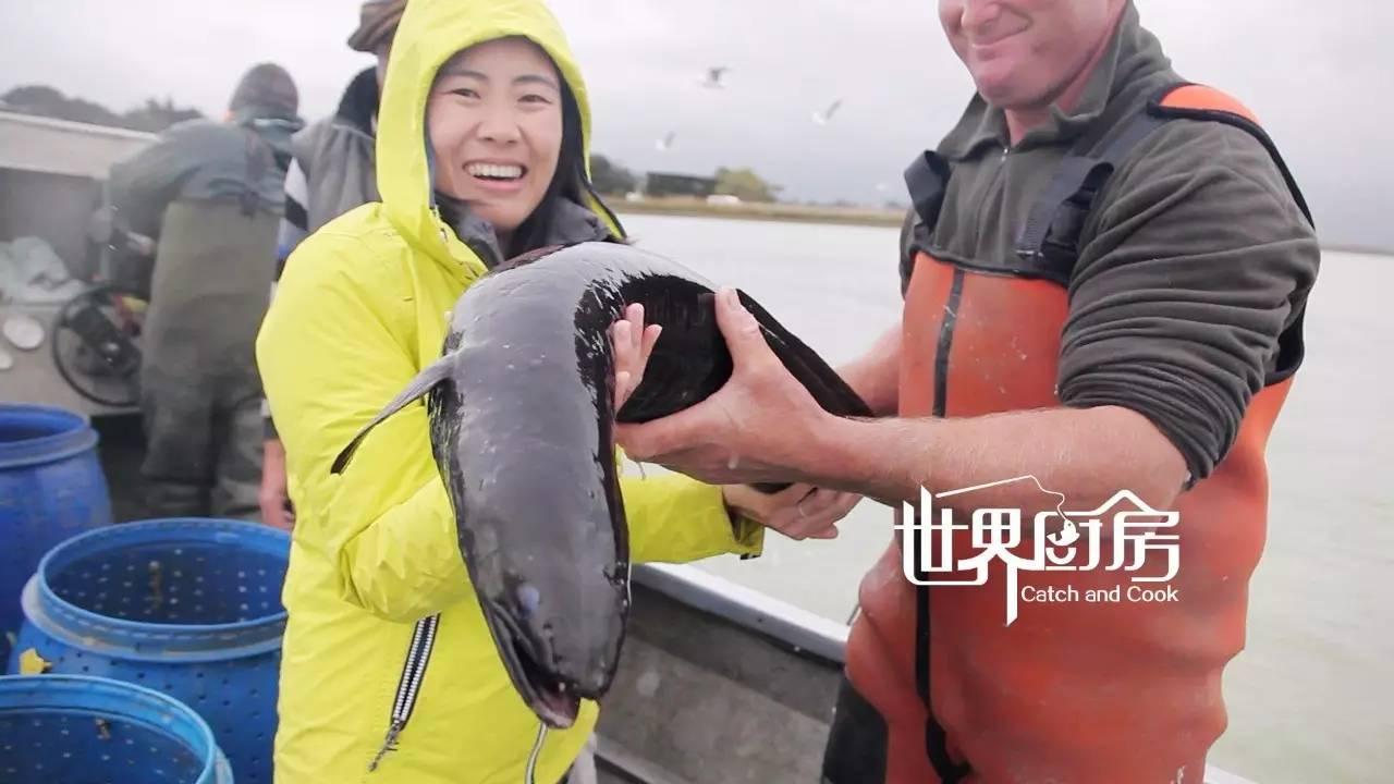 世界厨房 | 小鱼徒手擒拿河中巨怪,新西兰渔民秘授顶级烟熏鳗鱼