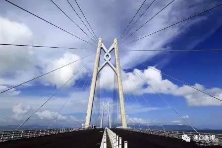 港珠澳大桥目前力争今年底具备通车条件,图为大桥主桥已贯通.(图/