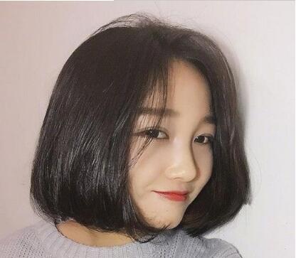 对于圆脸妹子来说,中分短发是一款非常适合的发型,中分设计 齐脖短发图片