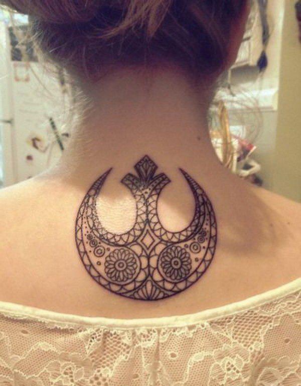 女生脖子上的纹身图片