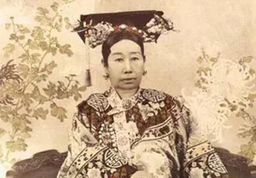 她是咸丰皇后,唯一有机会压慈禧之人,可惜做错事