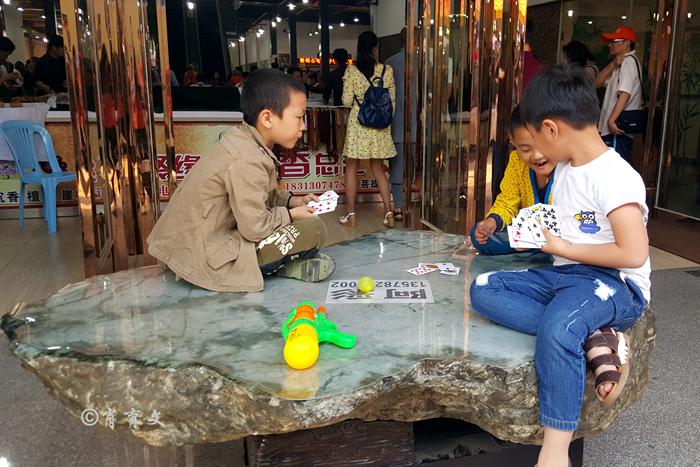 中缅边境盛行新鲜又刺激的赌石,咱老百姓敢玩吗?