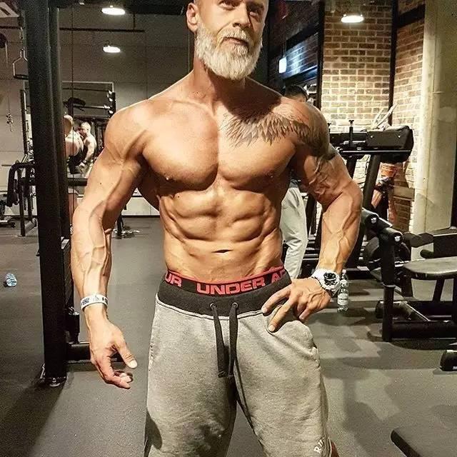 白发纹身六块肌,他可能是最有型的健身大叔!
