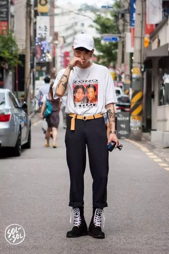 大字母纹样衣服扎进裤子里,配双高筒靴,帅气复古.图片