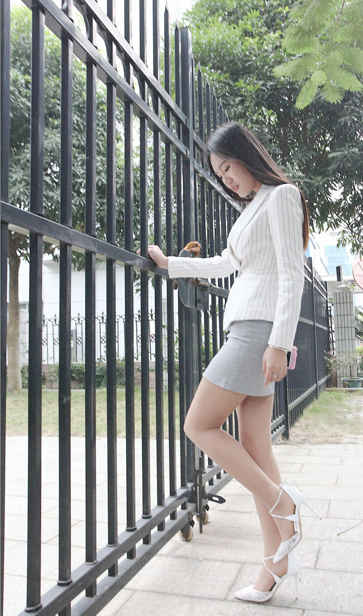 柒姐:街拍肉色丝袜高跟鞋短裙美女