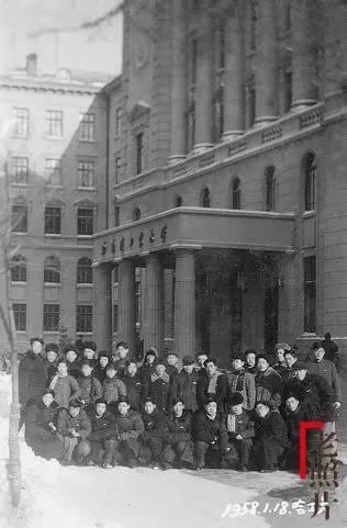 作者和同学摄于哈尔滨工业大学土木楼前.-旧事重温 高考往事1957图片