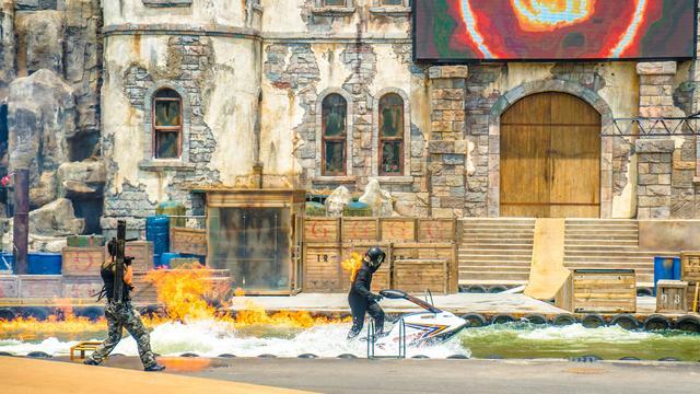 这场表演堪比好莱坞大片:街头搏斗,枪林弹雨