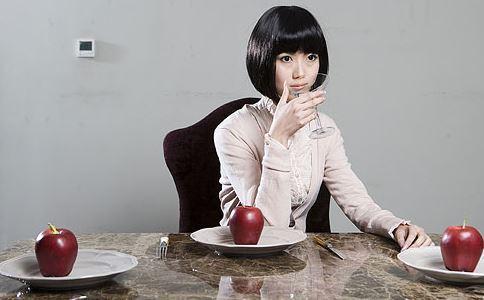 一饼四爷二条福晋-第二种方法不吃:眼不见为净,远离零食   这一招就要你和零食保持距