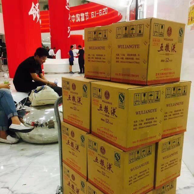 京东总部大楼下,运送五粮液的大卡车