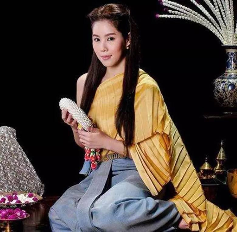 """泰国第一美女""""月亮姐姐noon""""与""""泰剧一哥pong""""合作的穿越剧《毒爱》图片"""