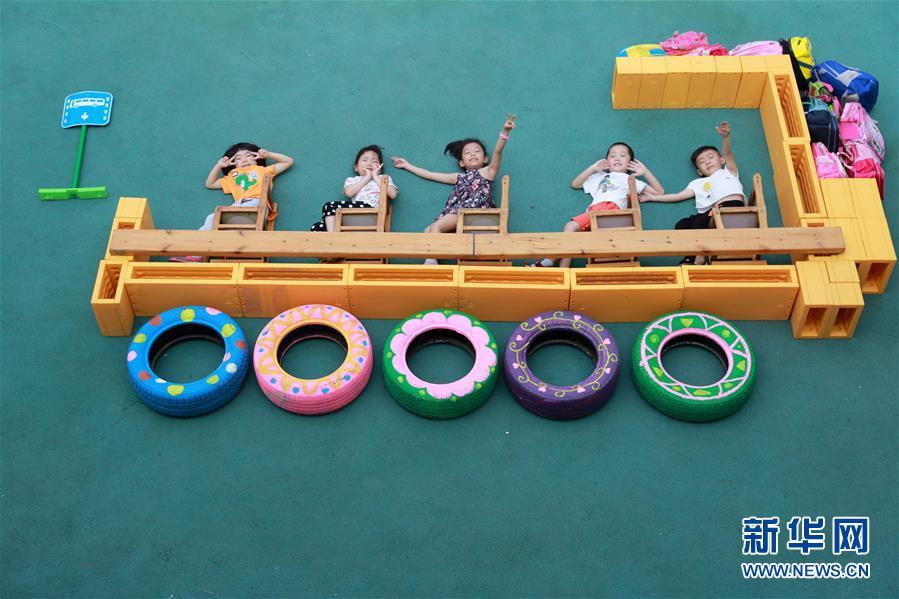 6月20日,河北省邢台市第三幼儿园大班的小朋友在拍摄创意毕业照.图片
